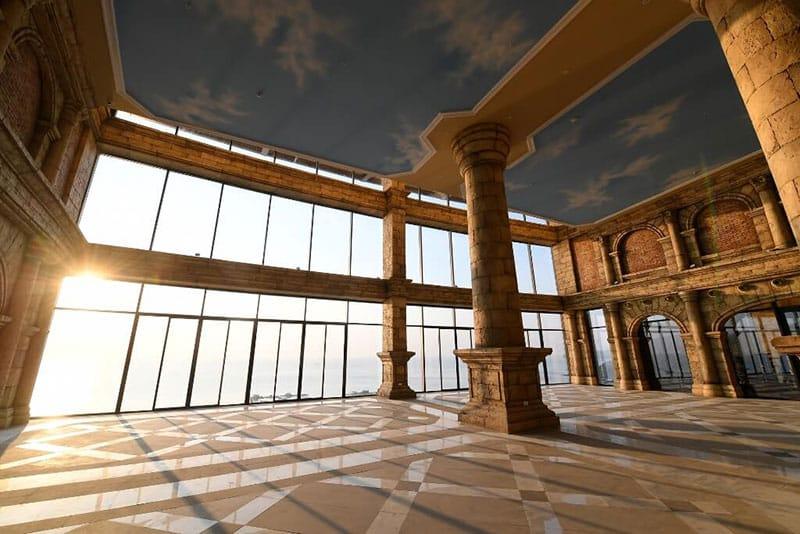 Ngay từ ga đến ấn tượng như một đấu trường La Mã cổ đại khiến bạn vô cùng hào hứng…