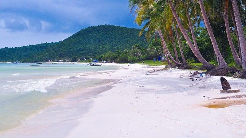 Bãi Sao tại Nam Đảo Phú Quốc được thiên nhiên ưu ái ban tặng bờ cát trắng mịn.