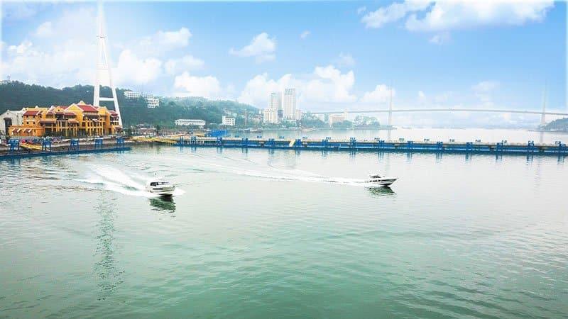 Bến thủy nội địa nằm tại trung tâm Bãi Cháy giúp du khách dễ dàng di chuyển thăm quan vịnh Hạ Long