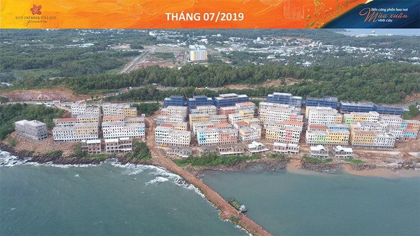 Những căn nhà đầy màu sắc Địa Trung Hải nằm bên bờ biển. Bãi biển nhân tạo tại dự án cũng đang gấp rút thi công.
