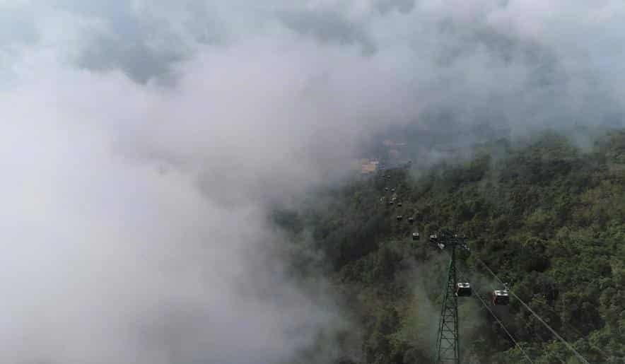 Giữa mây trắng bồng bềnh của miền Núi Bà linh thiêng, tuyến cáp treo mới vẫn được các kỹ sư của khu du lịch bảo trì và vận hành mỗi ngày, để đảm bảo chất lượng và an toàn, sẵn sàng khi được phép quay trở lại hoạt động
