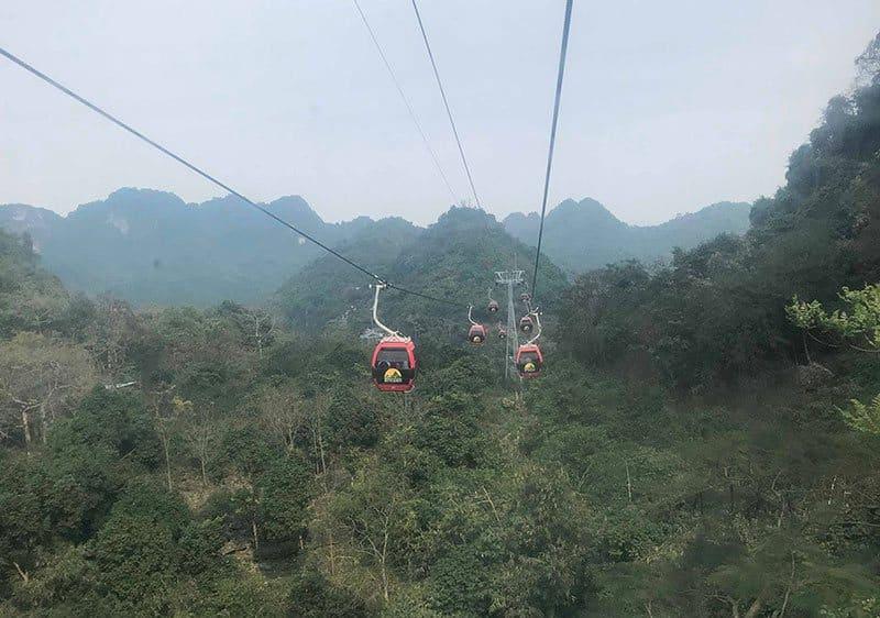 Cáp treo chùa Hương đưa du khách lạc vào chốn tâm linh an yên, thanh tịnh ở Chùa Hương.