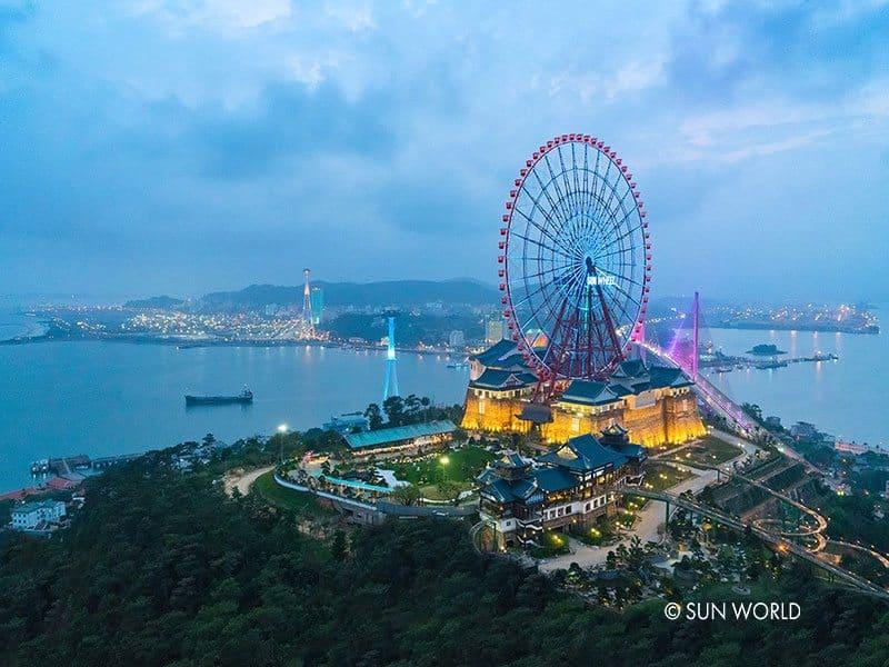 Cáp treo Nữ Hoàng đưa du khách khám phá Vòng quay Sun Wheel – 1 trong 2 vòng quay lớn nhất Việt Nam.