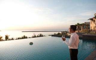 Tiệc trà chiều diễn ra bên bể bơi Central Village khi ánh hoàng hôn dần buông.
