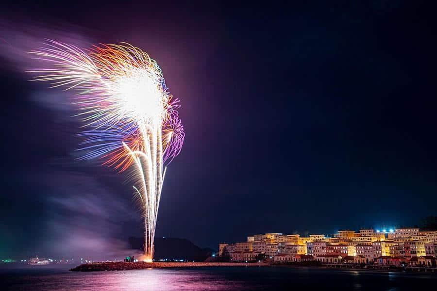 Thị trấn Primavera về đêm với những màn pháo hoa rực rỡ sắc trời.
