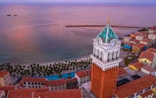 Tòa tháp đồng hồ độc đáo giữa trung tâm thị trấn Địa Trung Hải.